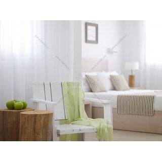 Μαξιλάρια φιγούρας σε δωμάτιο ξενοδοχείου, συνδυάζονται με ράννερ κρεβατιού