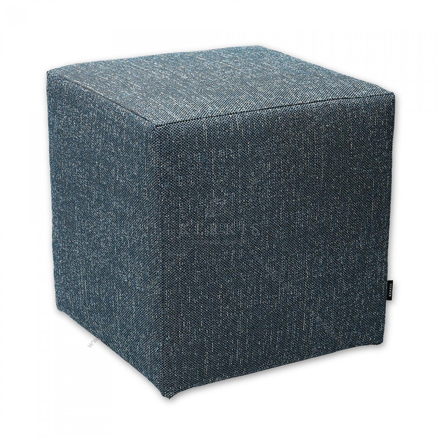 Σκαμπό κύβος με κάλυμμα από μπλέ ύφασμα, κατασκευασμένος από την Kerkis Tailormade Comfort. Με ξύλινο στιβαρό σκελετό και αναπαυτικό κάθισμα.