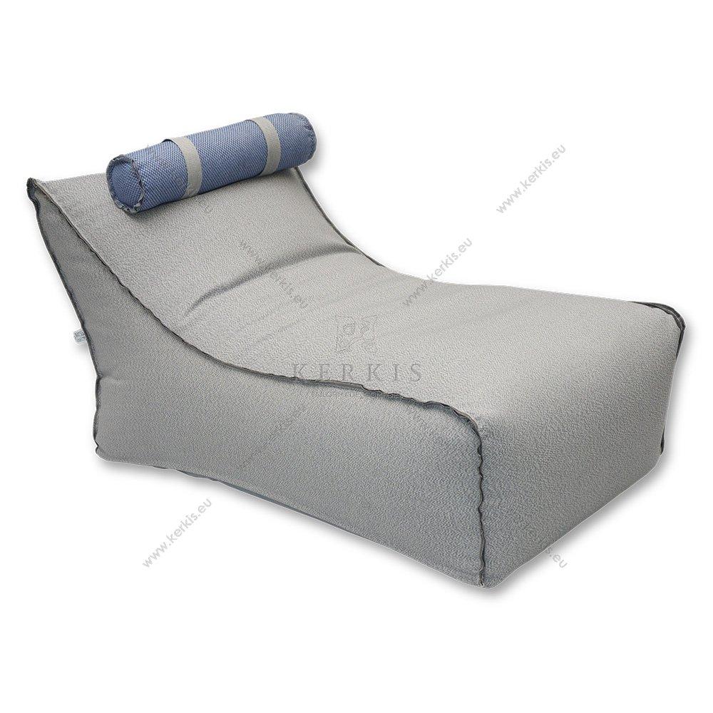 Πουφ Ήρα κατασκευασμένο από την Kerkis Tailormade Comfort,  με προσκέφαλο στηριζόμενο με ιμάντες ώστε να μετακινείται ή ακόμη και να αφαιρείται. Η εμφανής διακοσμητική ραφή προσδίσει ξεχωριστό στυλ.