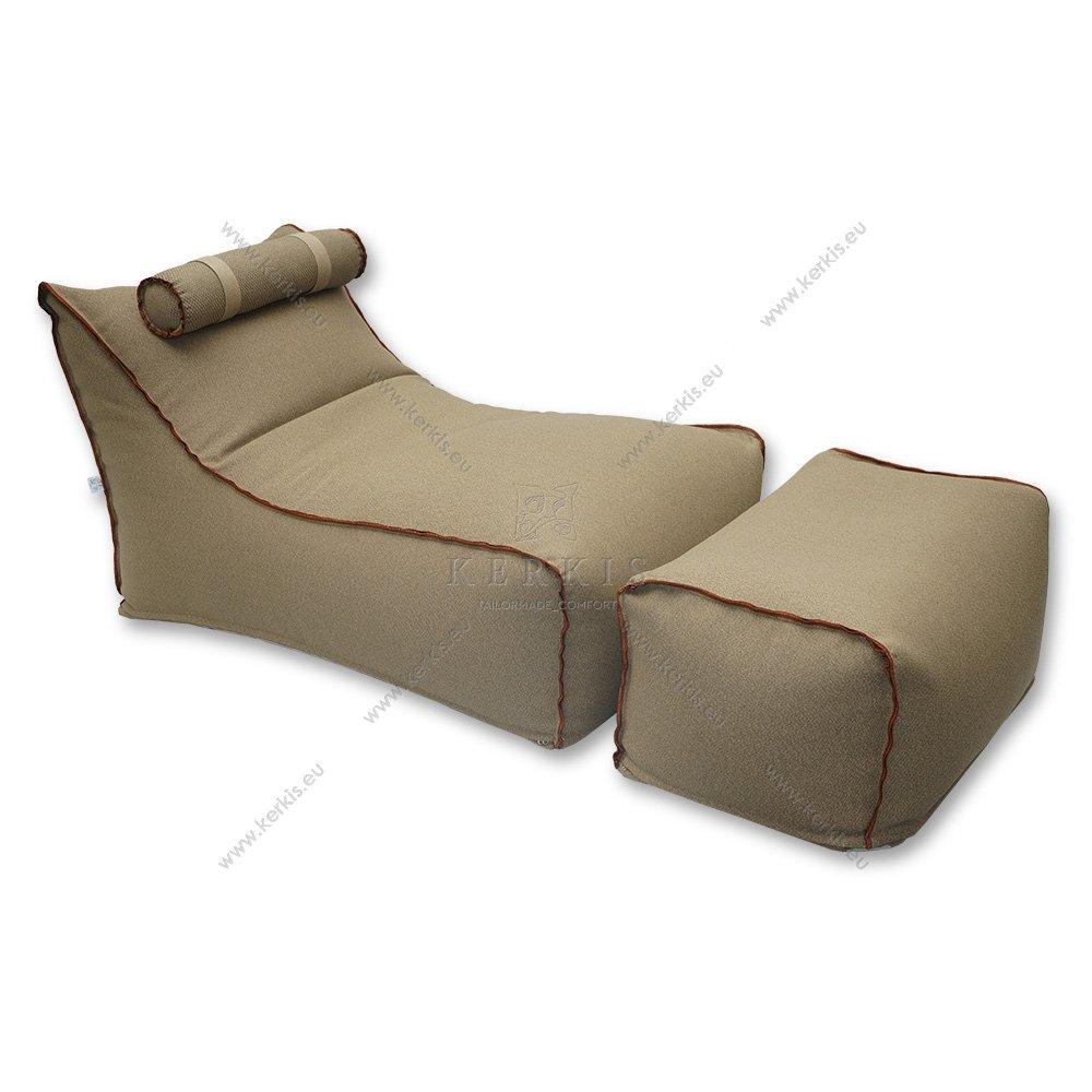 Πουφ Ήρα κατασκευασμένο από την Kerkis Tailormade Comfort, με δύο κομμάτια και με προσκέφαλο στηριζόμενο με ιμάντες ώστε να μετακινείται ή ακόμη και να αφαιρείται. Η εμφανής διακοσμητική ραφή προσδίσει ξεχωριστό στυλ.